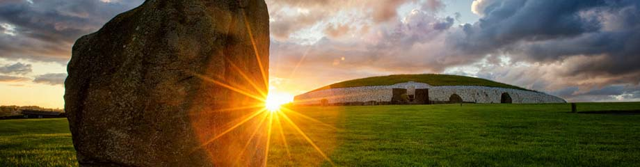 Ganggrab Newgrange im Boyne Tal Irland