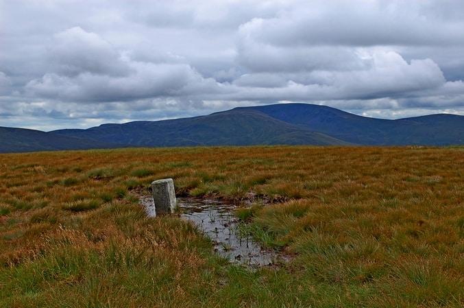 Matschpfüten in den Bergen von Irland