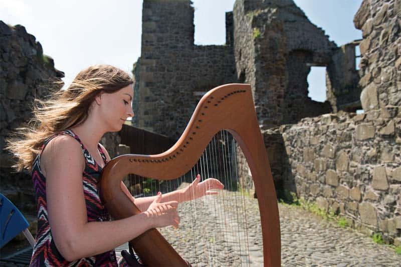 Irische Harfenspielerin